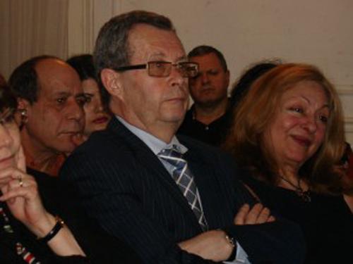 Monsieur Alain Fremont suit attentivement le discours de Monsieur Georges Lilikas