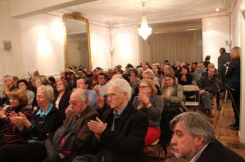 L'auditoire applaudit les intervenants