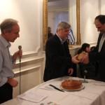 Monsieur Evagoras Mavrommatis président de la Communauté Chypiote reçoit sa part de vassilopita