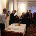 Madame  Béatrice Salazar présidente de Phonie-Graphie reçoit sa part de vassilopita