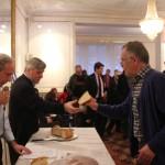 Monsieur Nikos Spathis  président  de Scientifiques Grecs reçoit sa part de vassilopita