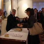 Madame Annie Dimitriou présidente de l' Institut d'Etudes Néo-helléniques de Paris reçoit sa part de vassilopita