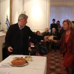 Madame Hélène Moussoulos reçoit la part de vassilopita pour les disparus de Chypre