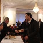 Monsieur Alexandre Mavrides président de Bucéphales  reçoit sa part de vassilopita