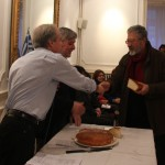 Monsieur Yannis Mavroïdakos, directeur de la librairie Desmos reçoit sa part de vassilopita